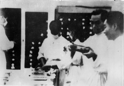 GS Đặng Văn Ngữ trao đổi cùng Bộ trường Hoàng Tích Trí tại phòng thí nghiệm ở Tuyên Quang.