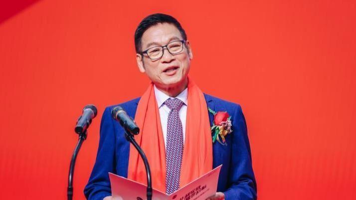 Tỷ phú Zhang Congyuan khởi nghiệp từ nhà máy giày thể thao trên trang trại lợn