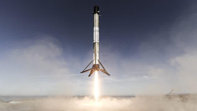 Một tên lửa đẩy Falcon 9 hạ cánh sau khi thực hiện nhiệm vụ Sentinel-6 (Ảnh: CNBC)