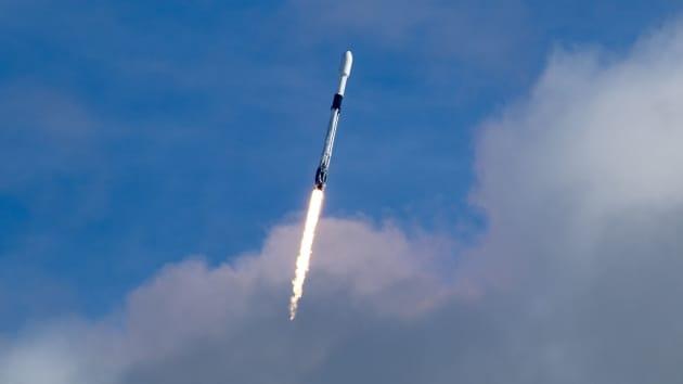 Một tên lửa Falcon 9 phóng sứ mệnh Transporter-1 vào tháng 1/2021 (Ảnh: CNBC)
