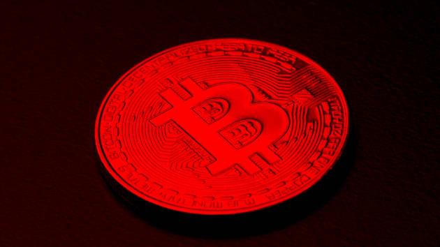 Thị trường tiền ảo rực lửa, Bitcoin lại bị bán tháo, giá giảm quá nửa so với đỉnh kỷ lục (Ảnh: CNBC)