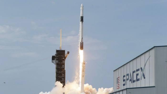 SpaceX có 1.500 vệ tinh ở quỹ đạo thấp cung cấp dịch vụ internet băng thông rộng cho Starlink. Khi hết công suất, tuyến sẽ có 12.000 vệ tinh (Financial Times)
