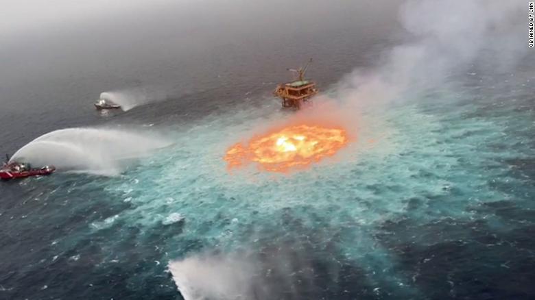 Cháy đường ống dầu ngoài khơi vịnh Mexico như 'cổng địa ngục' (Ảnh: CNN)