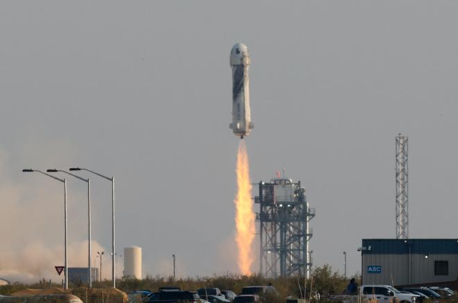 Tên lửa đẩy New Shepard đưa Jeff Bezos vào vũ trụ