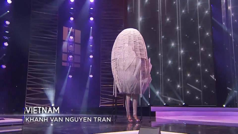 hoa-hau-khanh-van-ke-chuyen-hau-truong-dam-nuoc-mat-khi-phai-tu-chuan-bi-ken-em-cho-phan-thi-trang-phuc-dan-toc-tai-miss-universe-2020-8