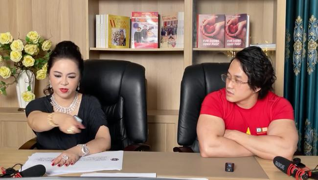 ekip-dung-sau-moi-buoi-livestream-cua-ba-phuong-hang-la-ai