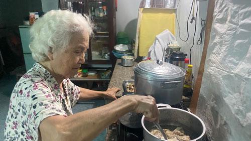 Cụ bà 83 tuổi mắc 3 bệnh ung thư vẫn miệt mài giúp người, giúp đời