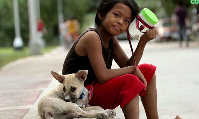 Tình bạn diệu kỳ của cậu bé ăn xin và chú chó hoang: Hai mảnh đời bất hạnh nương tựa vào nhau để sống