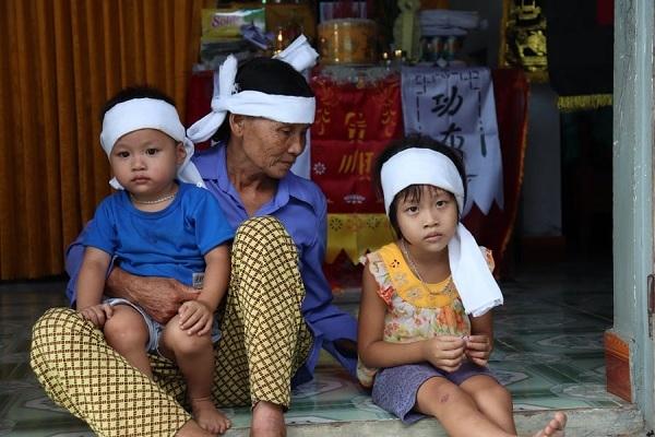 Tương lai của 2 đứa trẻ bỗng trở nên mờ mịt khi mẹ mất, bố không kiếm ra tiền, 2 bên nội ngoại đều nghèo
