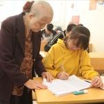 Bà giáo U90 vẫn miệt mài dạy học ở lớp học tình thương