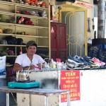 Người đàn ông dành 20 năm sửa giày miễn phí cho người lao động nghèo
