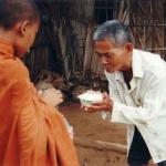 Phật dạy: Muốn thoát nghèo thì hãy biết chia sẻ