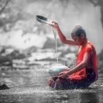 Sai đệ tử đi lấy nước, Đức Phật dạy bài học về sự bình tĩnh trong cuộc đời