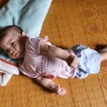 Người mẹ bất hạnh đành ôm con gái tội nghiệp về nhà vì không còn chỗ vay tiền chữa bệnh nữa