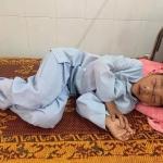 Bà ngoại 90 tuổi khóc cạn nước mắt xót thương cháu trai không cha, bị mẹ tâm thần chém đứt sống mũi