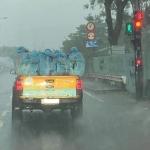 Chia sẻ xúc động của tình nguyện viên trong bức ảnh đội xịt khử khuẩn lưu động 'ôm động viên nhau' giữa chiều mưa