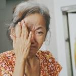 Những ngày sống lay lắt vì nghèo khó và bệnh tật của người vợ gục khóc cạnh xe lăn của chồng