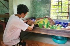 Nam sinh nghèo nghỉ học để đạp xe bán chuối, một mình nuôi mẹ bị ung thư