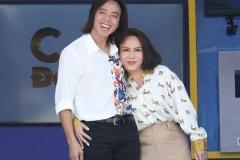 Vợ chồng Việt Hương tất bật làm từ thiện, dùng tiền tổ chức tiệc cưới 15 năm để giúp bà con chống dịch