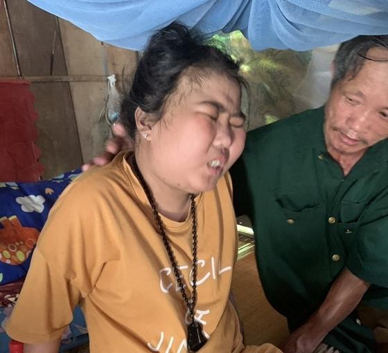 Cha mẹ già đau khổ đưa con về nhà nằm chờ 'từ thần' đến gõ cửa vì hết tiền chữa bệnh